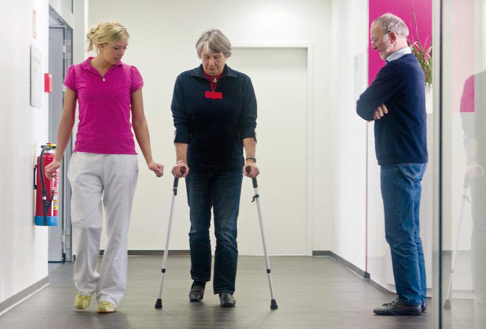 На прогулку через три часа после операции. Эндопротезирование коленного сустава (эндопротезирование тазобедренного сустава) в ортопедической клинике ORTHOPARC