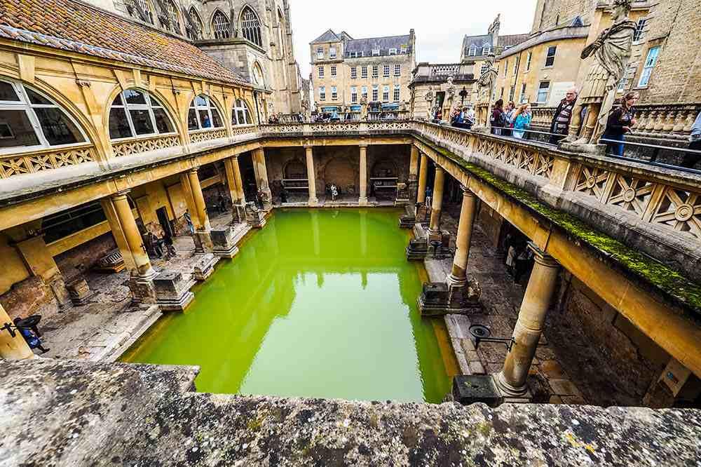 Крытая баня Минерва в городе Бат, Великобритания . Фото