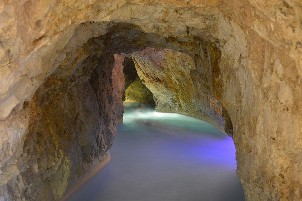 Термальная баня в естественной пещере в Мишкольц-Тапольце, Венгрия. Фото