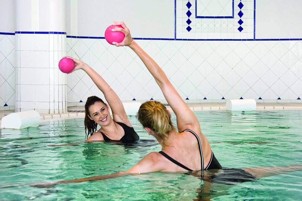 Групповые занятия аэробикой в бассейне с термальной водой. Фото